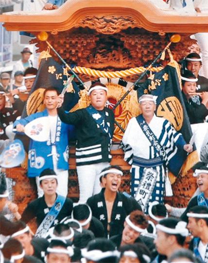 だんじりの前方に乗る橋本さん(中央列3人の右)